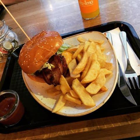 Django-Burger mit BBQ-Dip
